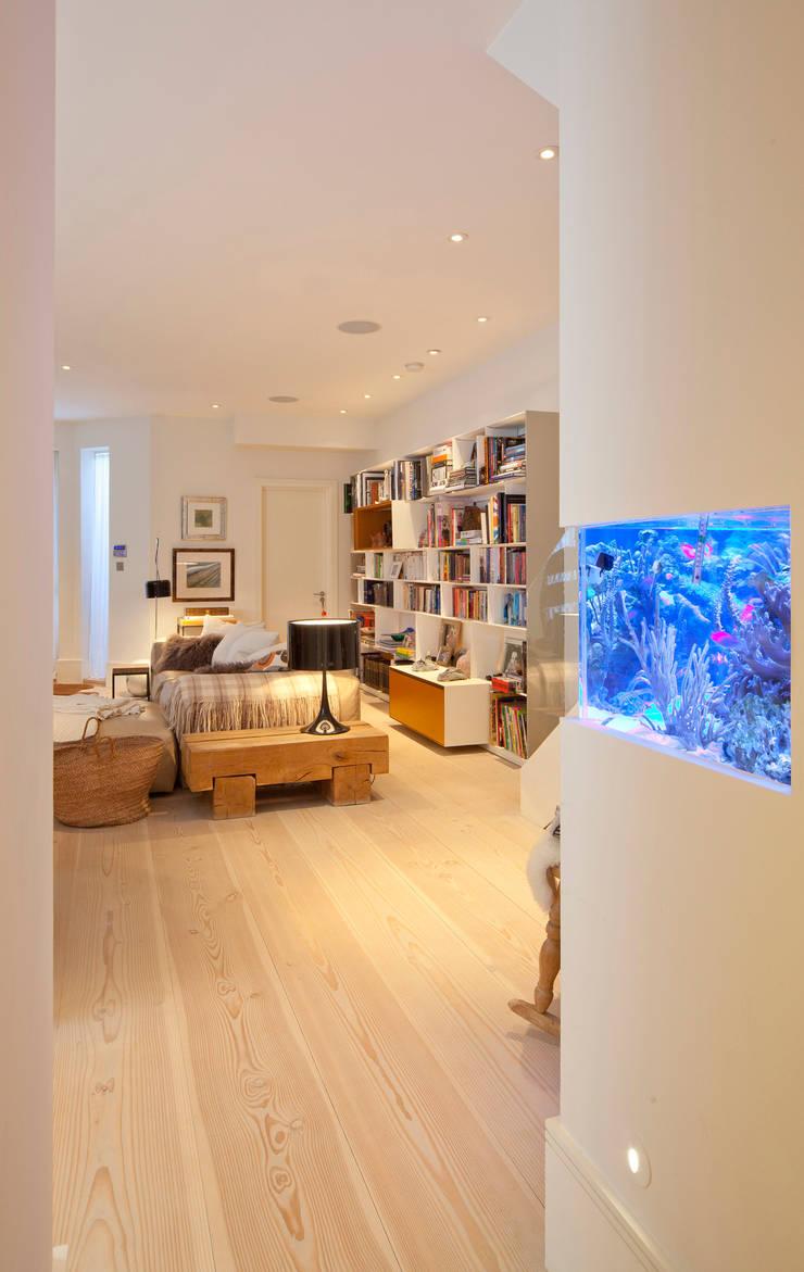 Basement living & fish tank:  Living room by Gullaksen Architects, Scandinavian