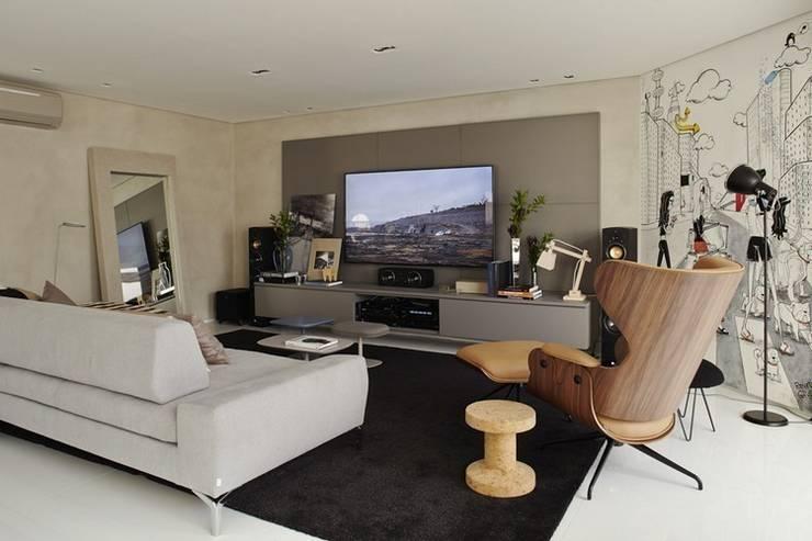 Cobertura Central Park SP: Salas multimídia modernas por Lovisaro Arquitetura e Design