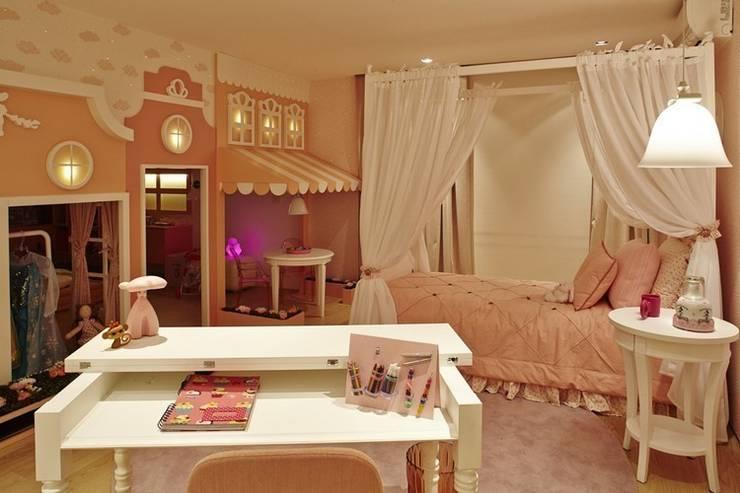 Casa de bonecas dentro do quarto da menina.: Quarto infantil  por Lovisaro Arquitetura e Design