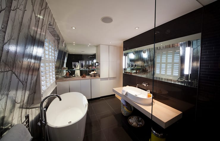 En Suite Bathroom in Loft extension:  Bathroom by Gullaksen Architects