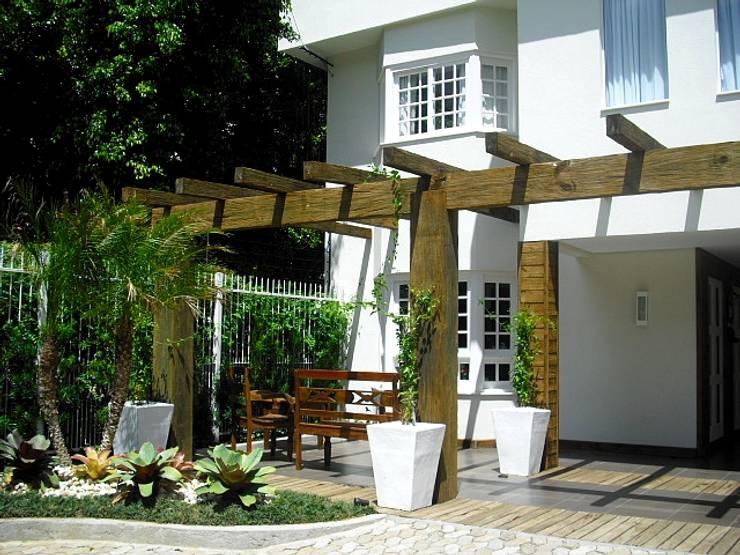 Jardines de estilo moderno por Motta Arquitetura