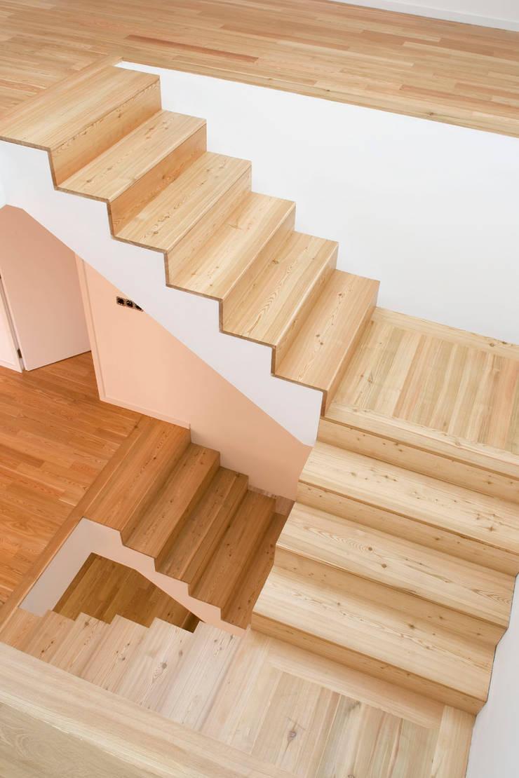Caixa de escadas: Corredores e halls de entrada  por Atelier do Corvo