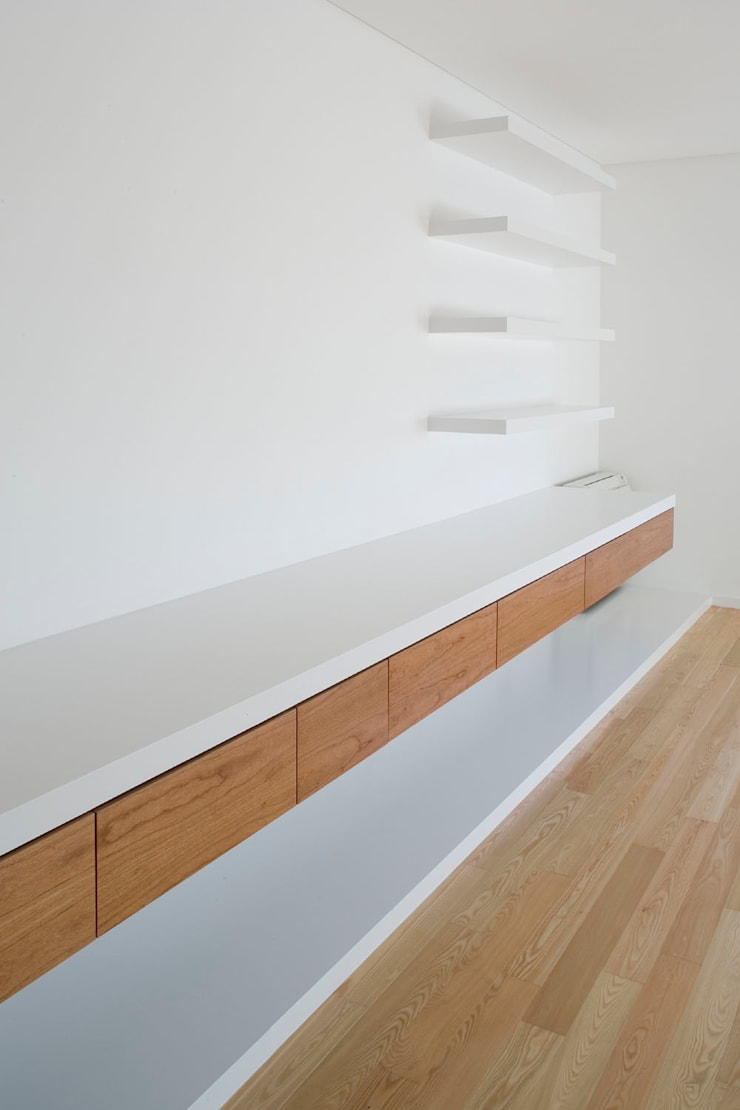 Sala: Salas de estar  por Atelier do Corvo