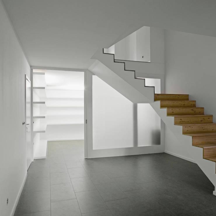 Área de entrada: Corredores e halls de entrada  por Atelier do Corvo