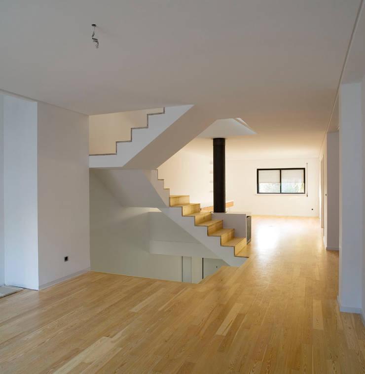 Piso 1: Salas de estar  por Atelier do Corvo