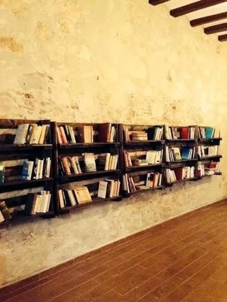 estanterias con palets libreria: Oficinas y tiendas de estilo  de RECICLA'RT