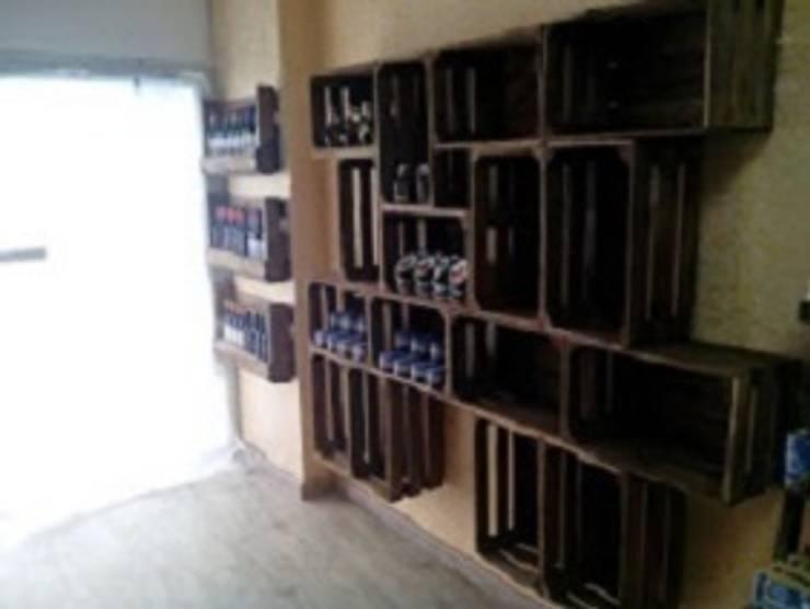 estanteria con cajas de fruta tienda de comida: Bodegas de estilo  de RECICLA'RT