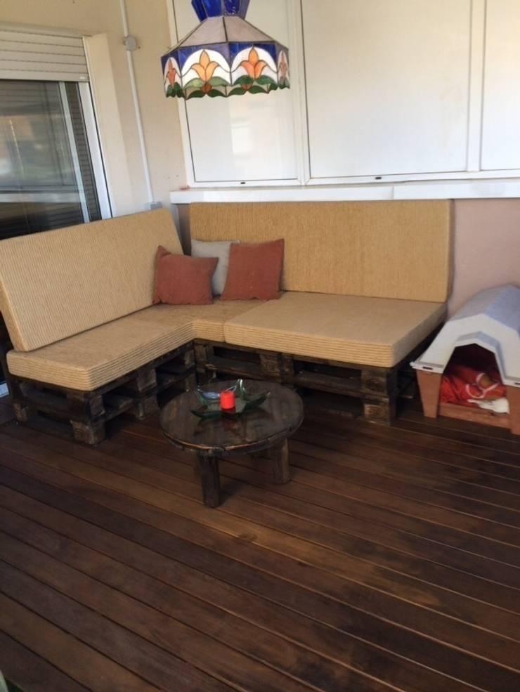 chilout con palets i mesa  de bobinas en terrasa: Jardín de estilo  de RECICLA'RT