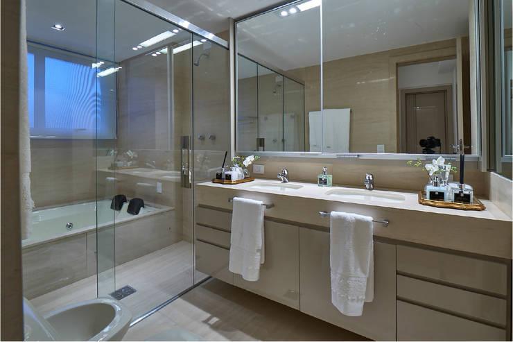 Apartamento JD: Banheiros  por Gláucia Britto