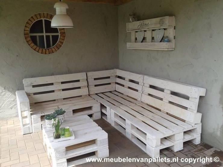 Loungebank pallets 240x200cm wit:  Tuin door Meubelen van pallets