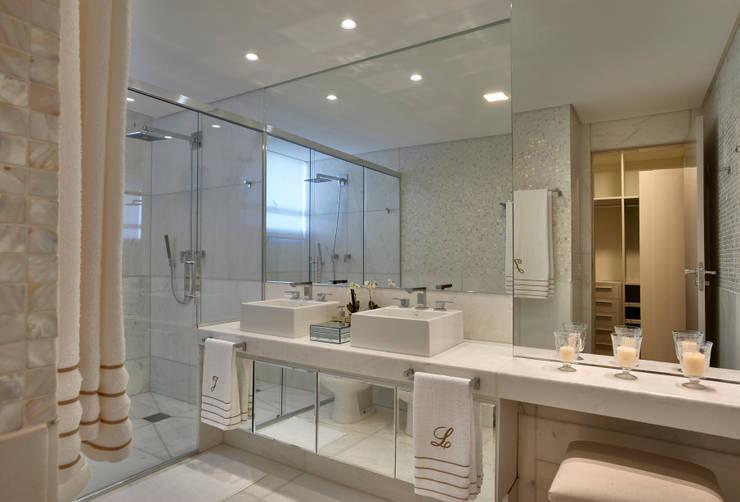 Apartamento LJ: Banheiros  por Gláucia Britto