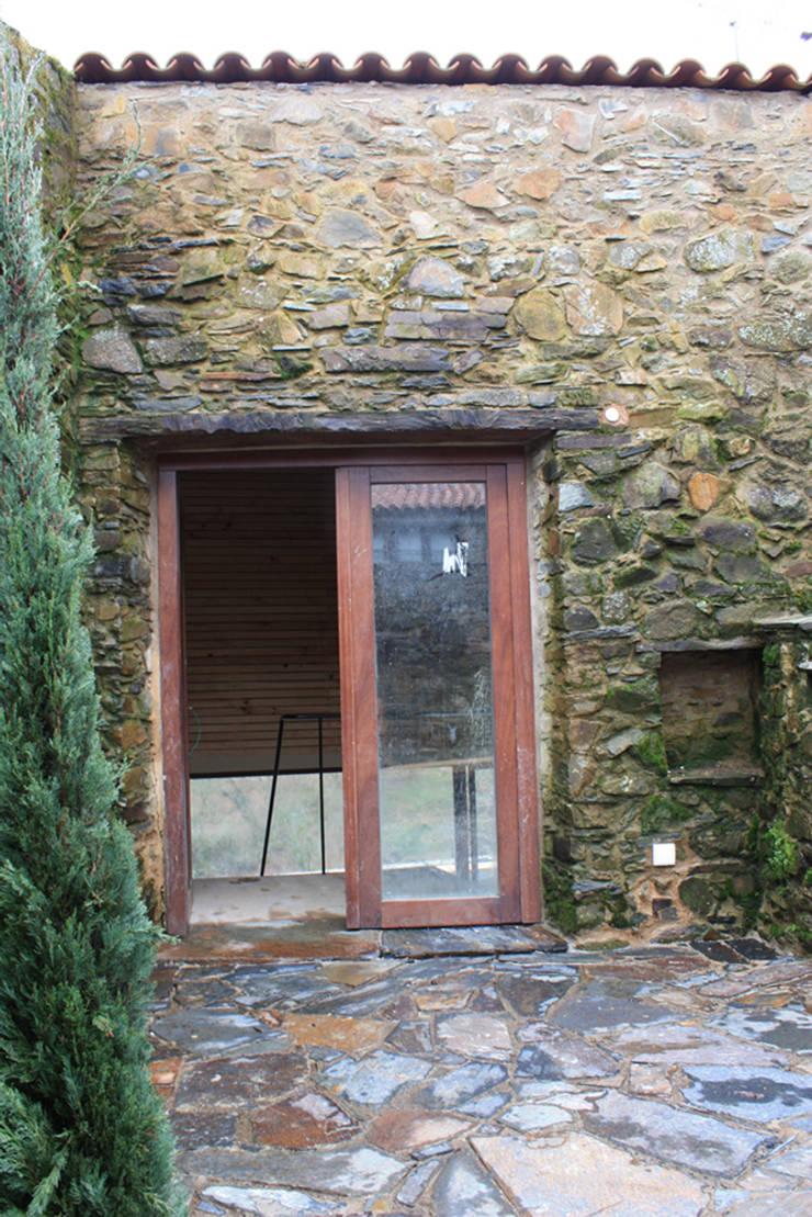Acesso principal pelo interior do pátio: Casas  por Atelier do Corvo