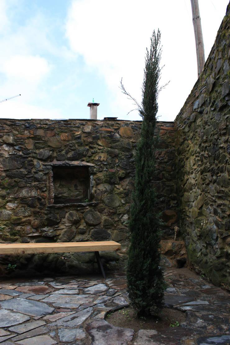 Vista do Pátio: Jardins  por Atelier do Corvo
