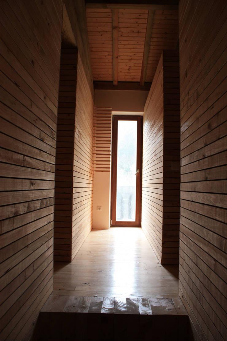 Acesso aos quartos: Corredores e halls de entrada  por Atelier do Corvo
