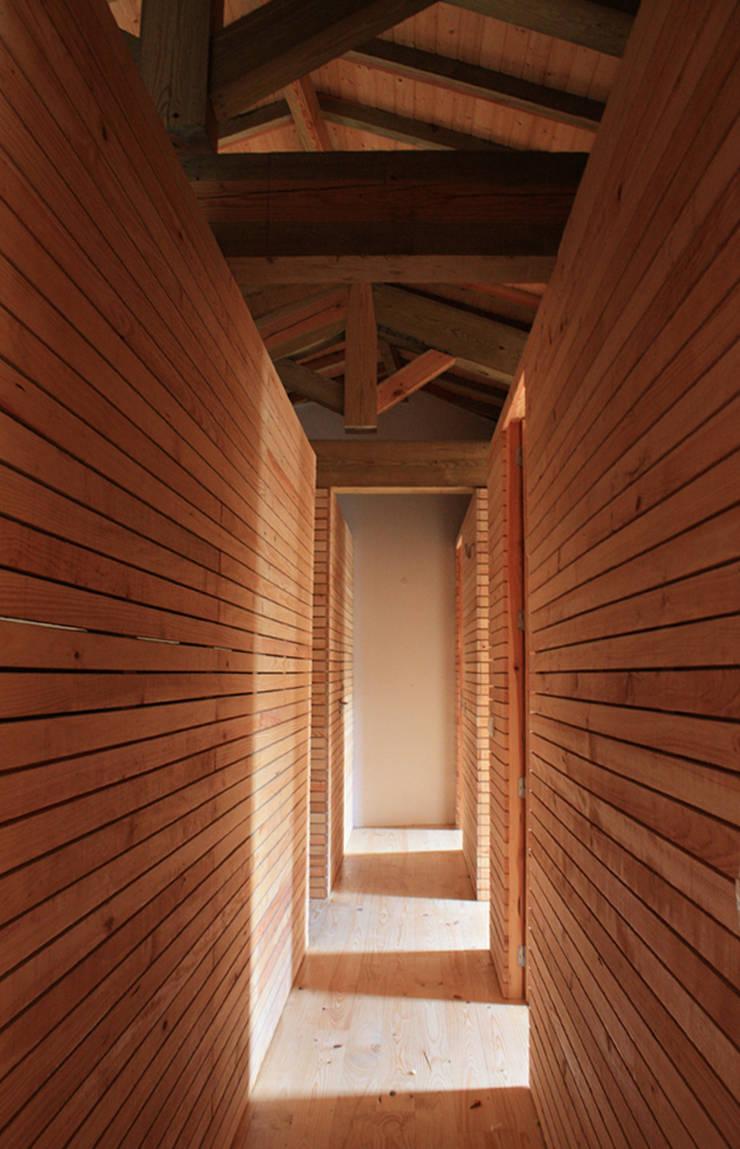 Corredor da zona dos quartos: Quartos  por Atelier do Corvo
