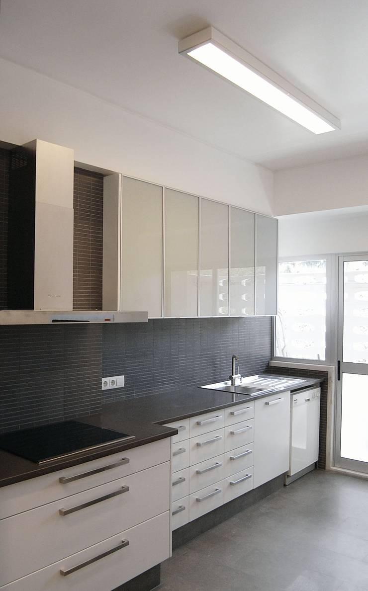 Remodelação de apartamento em Oeiras: Cozinhas  por AGUA-MESTRA, Lda;