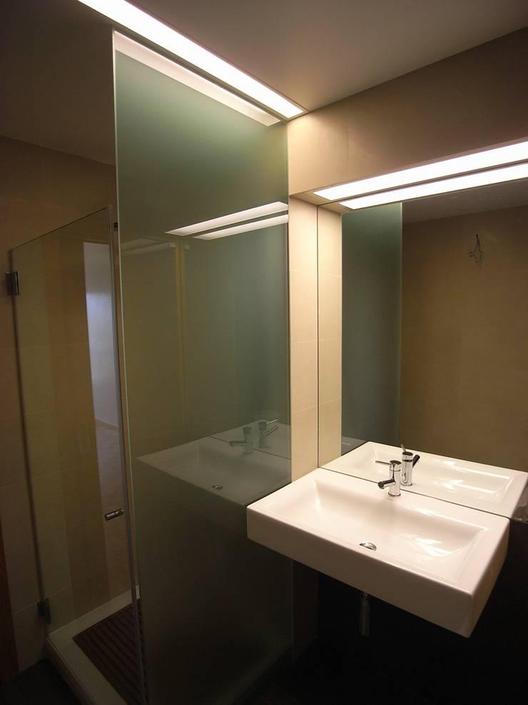 Remodelação de apartamento em Oeiras: Casas de banho  por AGUA-MESTRA, Lda;