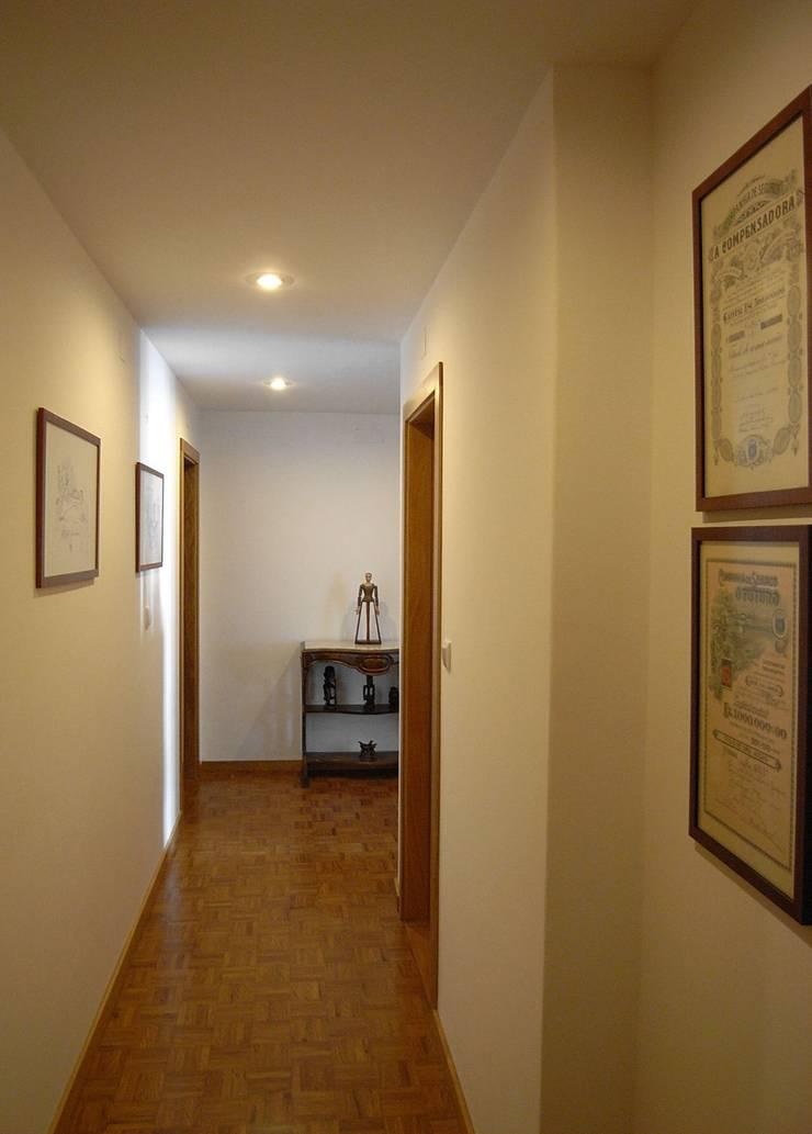 Remodelação de apartamento em Oeiras: Corredores e halls de entrada  por AGUA-MESTRA, Lda;