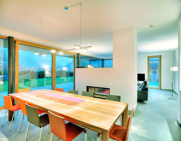 Haus ST: moderne Esszimmer von pedit&partner architekten