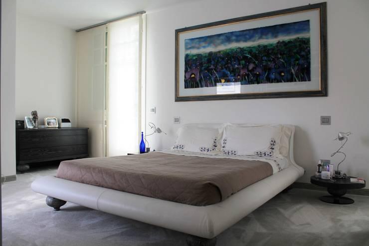 Camera padronale: Camera da letto in stile  di Zenith-Studio Architetti Associati