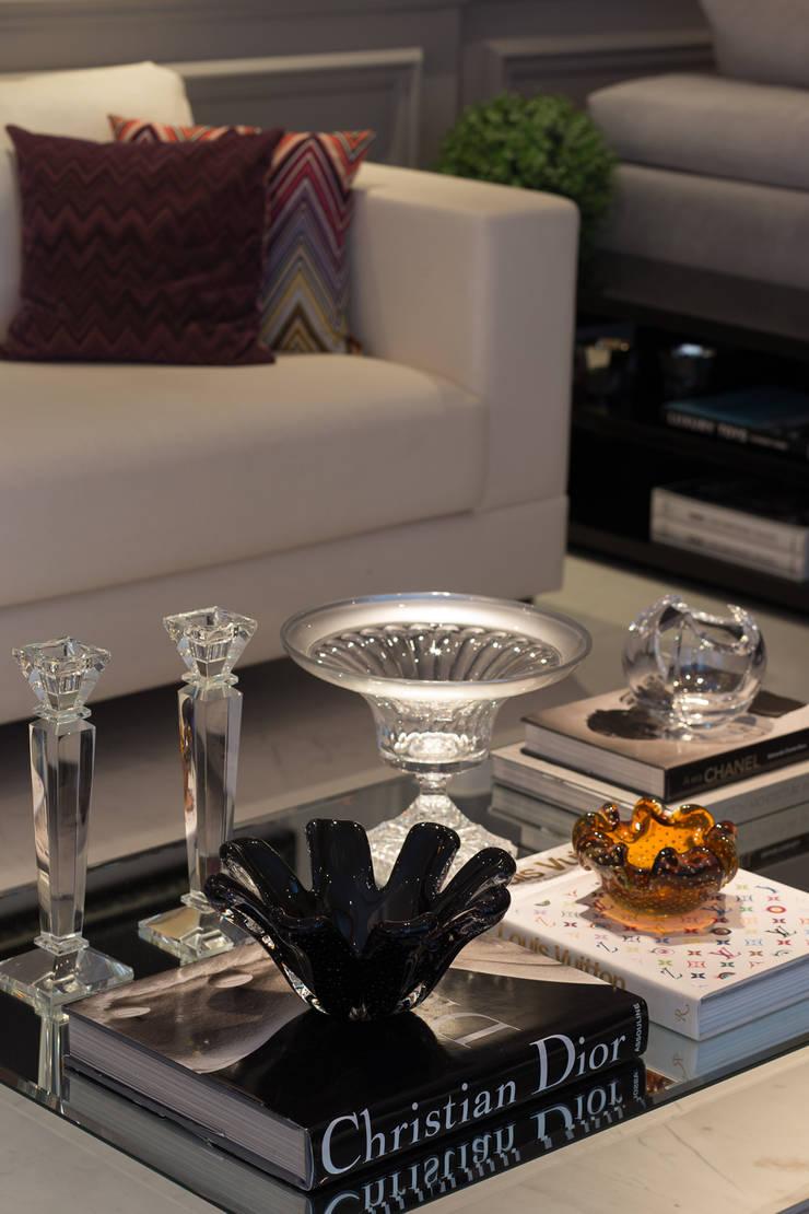 Apartamento P|B: Sala de estar  por Lodo Barana Arquitetura e Interiores