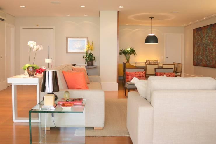 Sala de estar: Salas de estar  por ARK2 ARQUITETURA,