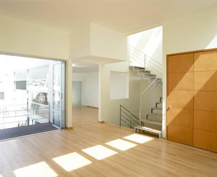 B221: Pasillos y recibidores de estilo  por Micheas Arquitectos