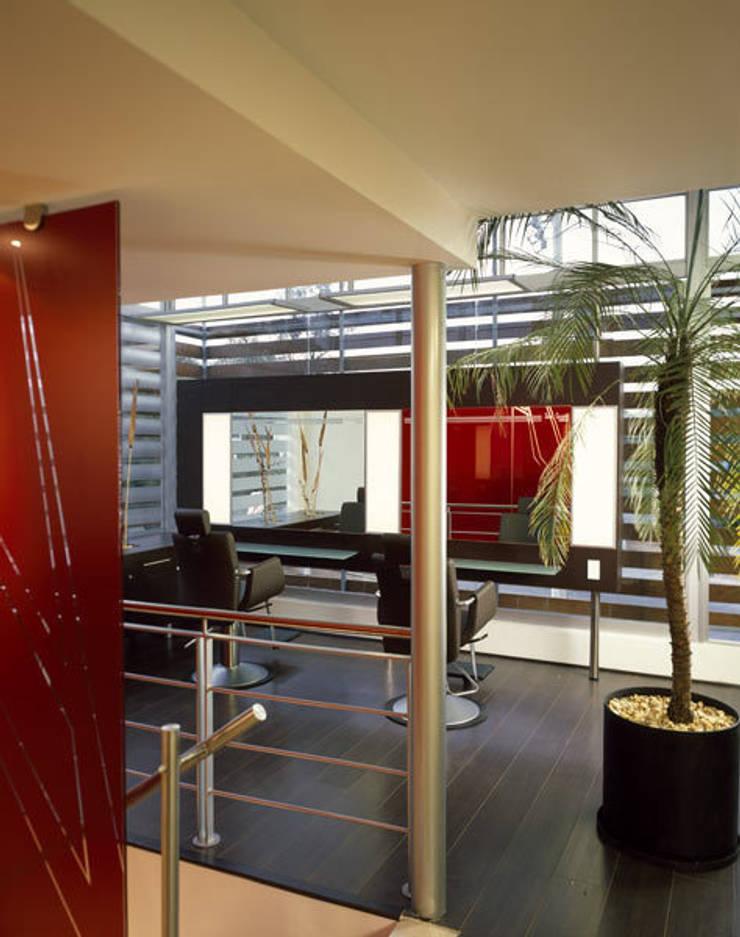 SG Satélite - Micheas Arquitectos: Oficinas y tiendas de estilo  por MICHEAS ARQUITECTOS