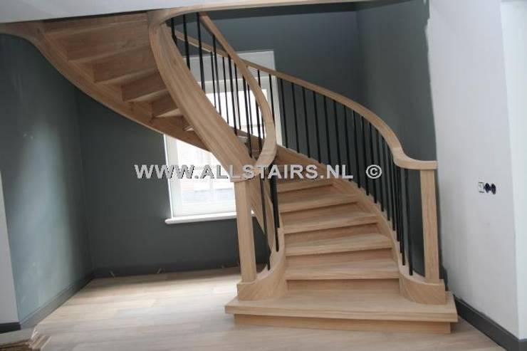 Deze eiken wenteltrap is werkelijk een pracht meubelstuk die uniek is. :  Gang, hal & trappenhuis door Allstairs Trappenshowroom