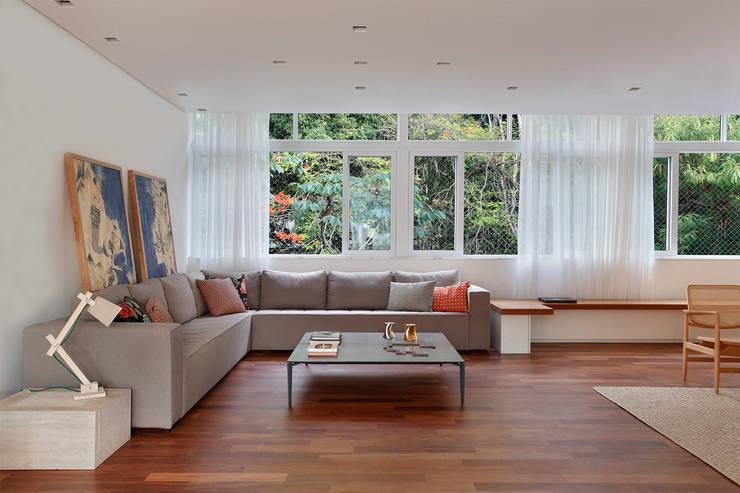 Living room by Cerejeira Agência de Arquitetura