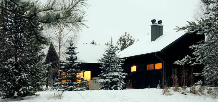 Widok z południowego wschodu, elewacja południowo-wschodnia: styl , w kategorii Domy zaprojektowany przez Magdalena Zawada