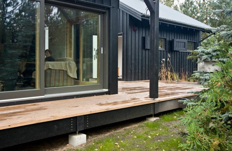 Zbliżenie na elewację południowo-zachodnią: styl , w kategorii Domy zaprojektowany przez Magdalena Zawada