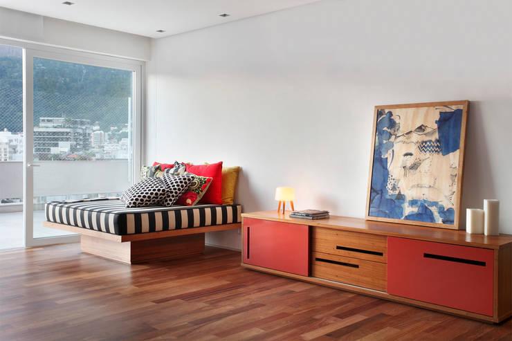 Cobertura Almirante Guillobel: Salas de estar  por Cerejeira Agência de Arquitetura