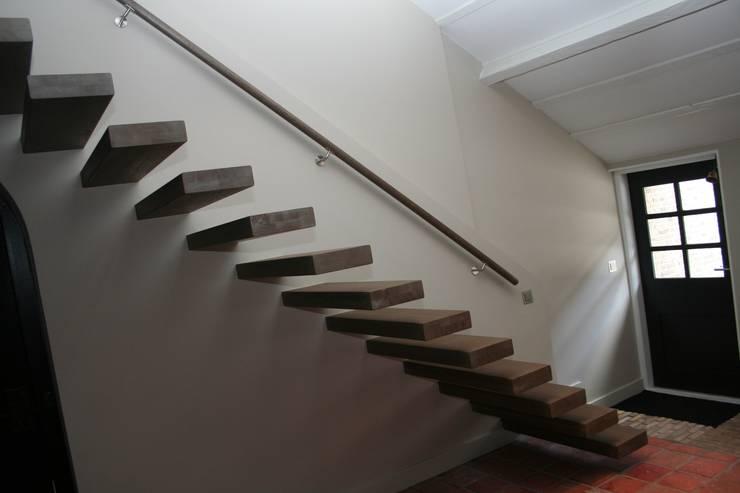 Zwevende eiken houten treden:  Gang, hal & trappenhuis door Allstairs Trappenshowroom