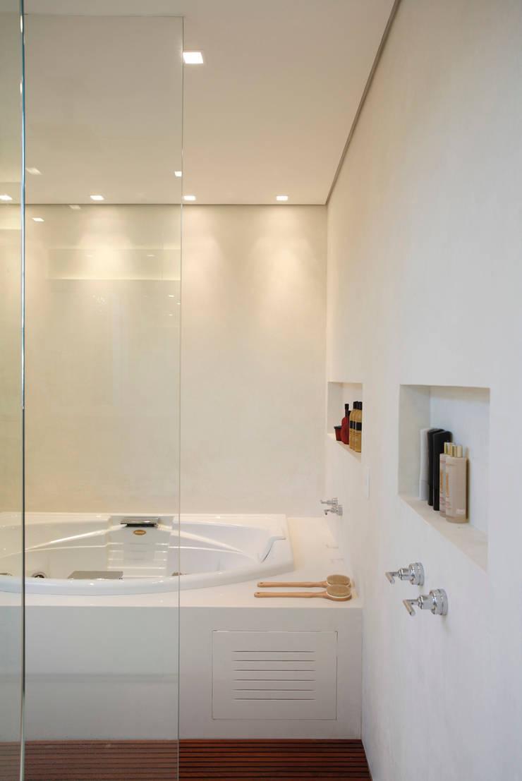 Residência Caio de Mello Franco: Banheiros  por Cerejeira Agência de Arquitetura,
