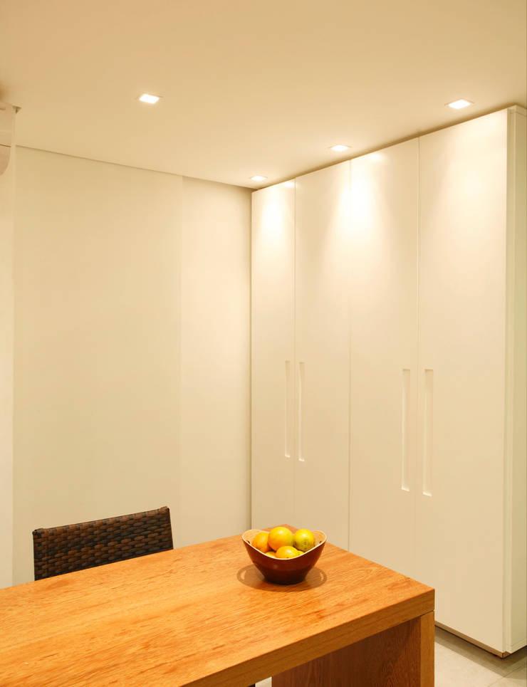 Residência Caio de Mello Franco: Salas de jantar  por Cerejeira Agência de Arquitetura,