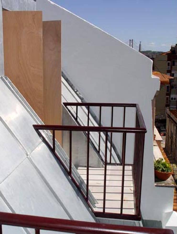 balcony 11:   por ARTE e TECTóNiCA, arquitectura e desenho Lda