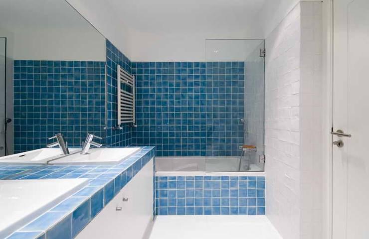 bathroom 09:   por ARTE e TECTóNiCA, arquitectura e desenho Lda