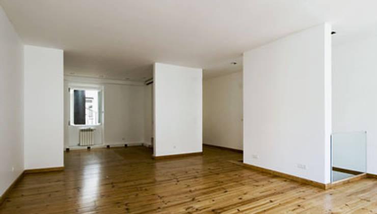 living room 14:   por ARTE e TECTóNiCA, arquitectura e desenho Lda