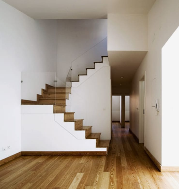 stair & corridor 18:   por ARTE e TECTóNiCA, arquitectura e desenho Lda