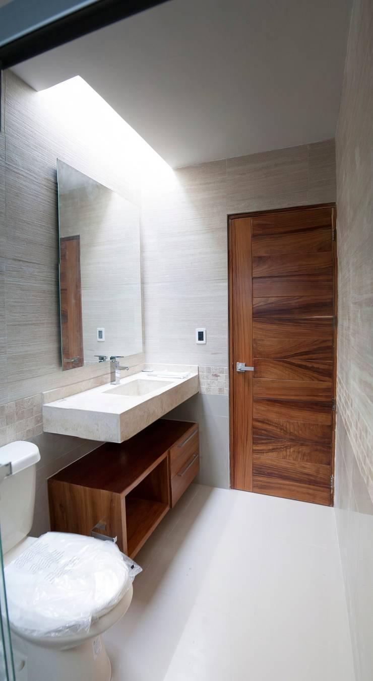 Baño Planta Alta: Baños de estilo  por RTstudio