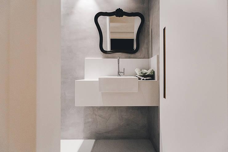 Bathroom by Cerejeira Agência de Arquitetura