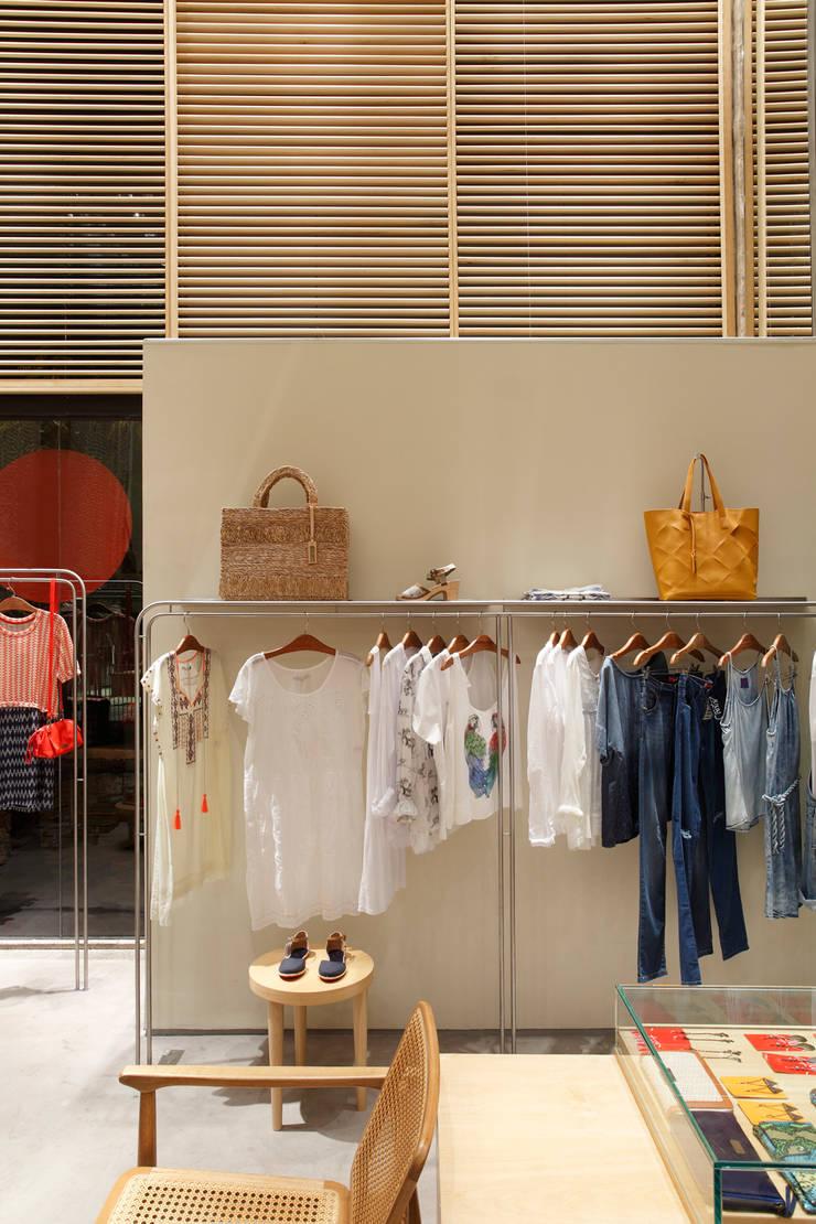 Cantão – Armação dos Búzios: Lojas e imóveis comerciais  por Cerejeira Agência de Arquitetura