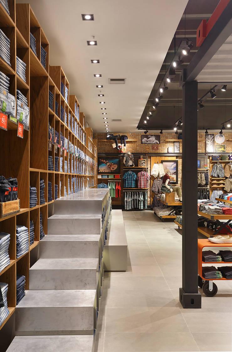 Taco – Vila Olímpia: Lojas e imóveis comerciais  por Cerejeira Agência de Arquitetura