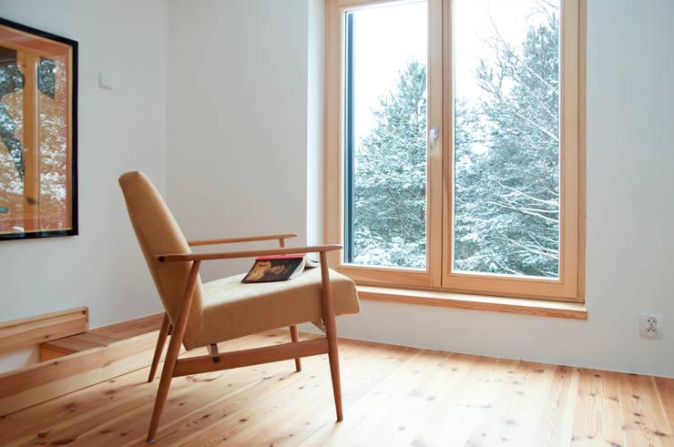 Poddasze, sypialnia, zima: styl , w kategorii Sypialnia zaprojektowany przez Magdalena Zawada