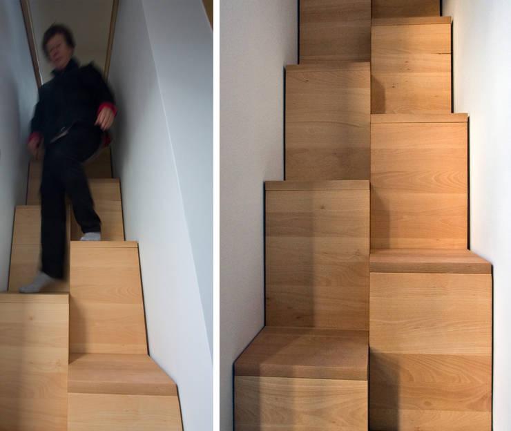 Bukowe 'kacze' schody, widok z dołu: styl , w kategorii Korytarz, przedpokój zaprojektowany przez Magdalena Zawada