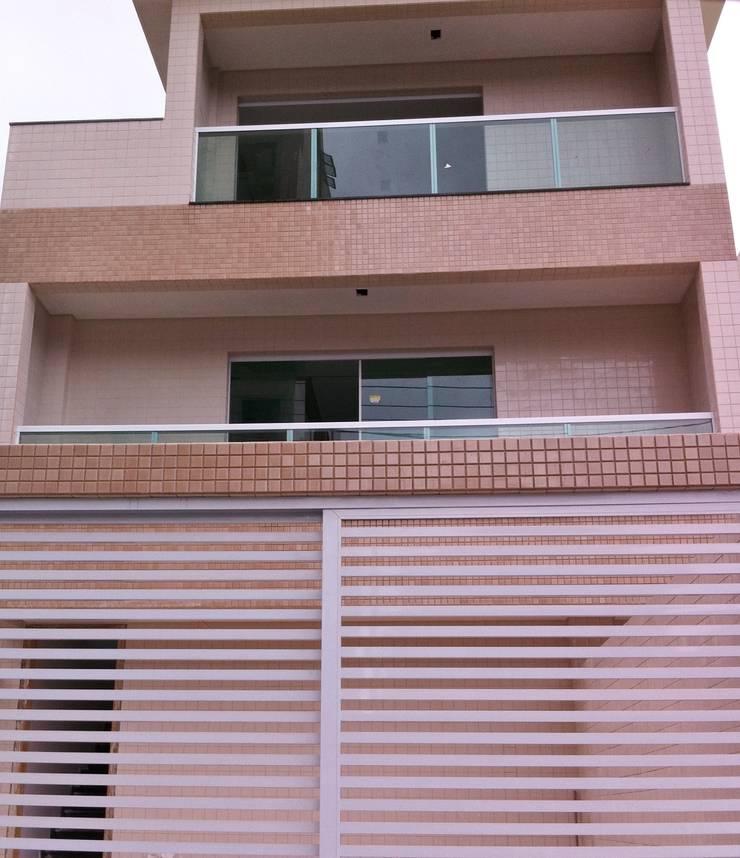 Fachada Residencia Sobreposta: Casas  por Lucia Navajas -Arquitetura & Interiores