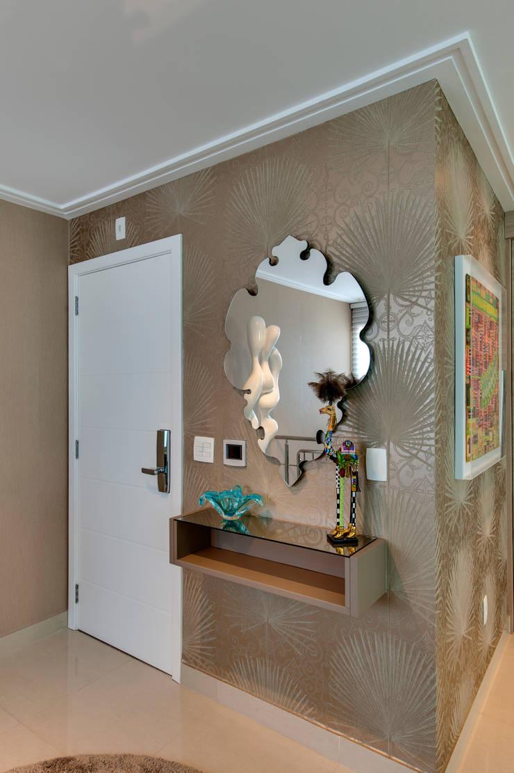 Cobertura Duplex: Corredores e halls de entrada  por Lucia Navajas -Arquitetura & Interiores