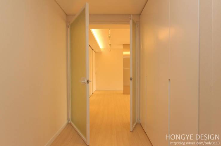 거실: 홍예디자인의  거실
