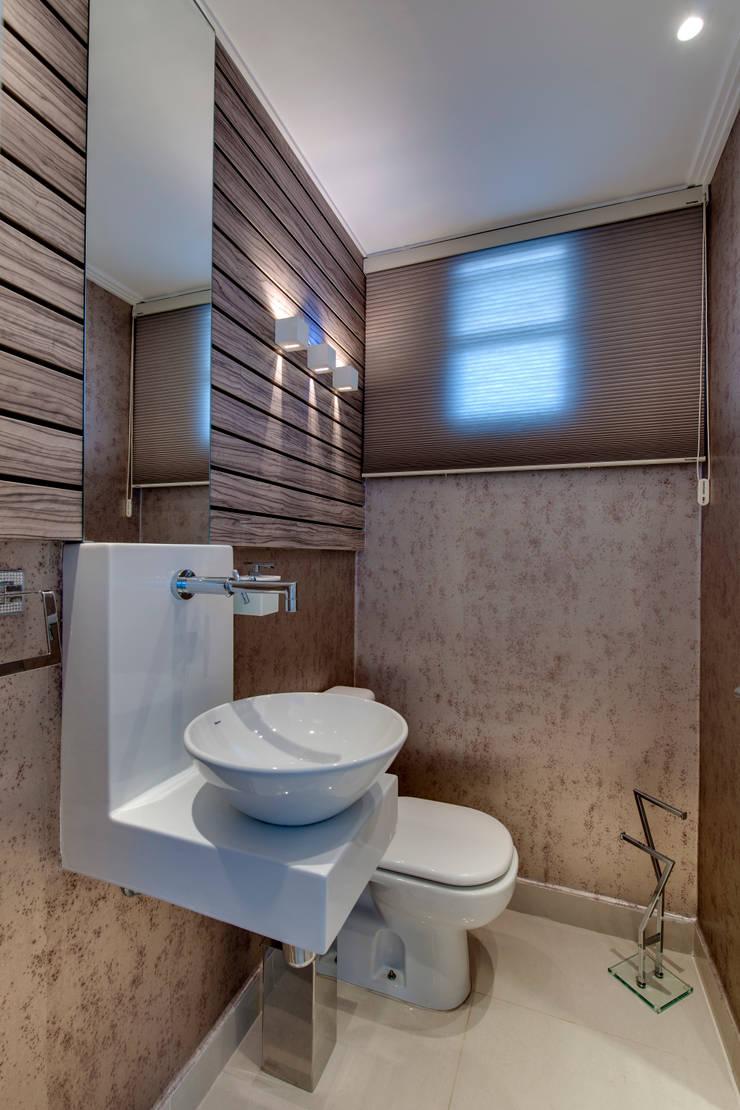 Cobertura Duplex: Banheiros  por Lucia Navajas -Arquitetura & Interiores